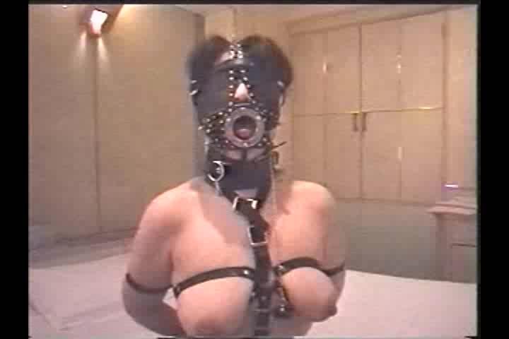 開口器とボールギャグを付けられた巨乳奴隷が乳首吸引!ボンテージの姿で身動き取れないまま放置される。