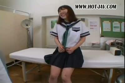 体調不良で保健室に休みに来た女子校生を診察するフリをしてレズセックスする淫乱女教師…